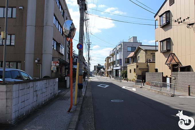 竹田駅から城南宮へのアクセス 道なりに進む