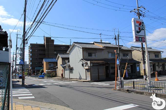 竹田駅から城南宮へのアクセス セブンイレブンが見える
