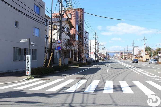 竹田駅から城南宮へのアクセス 城南宮の案内板が見える