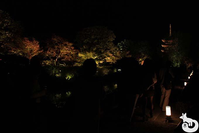 東寺 秋のライトアップ|通路の様子