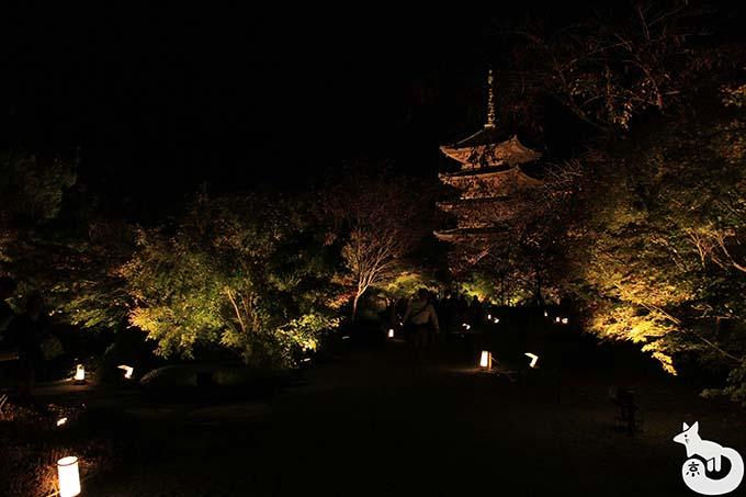 東寺 秋のライトアップ|瓢箪池へ向かう様子