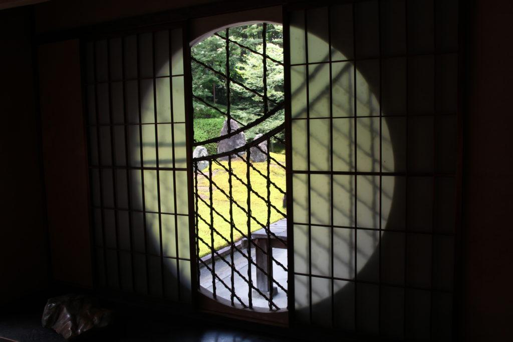 書院の丸窓から