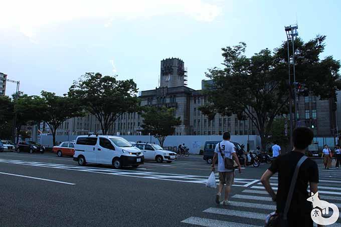 京都市役所側の歩道へ向かう