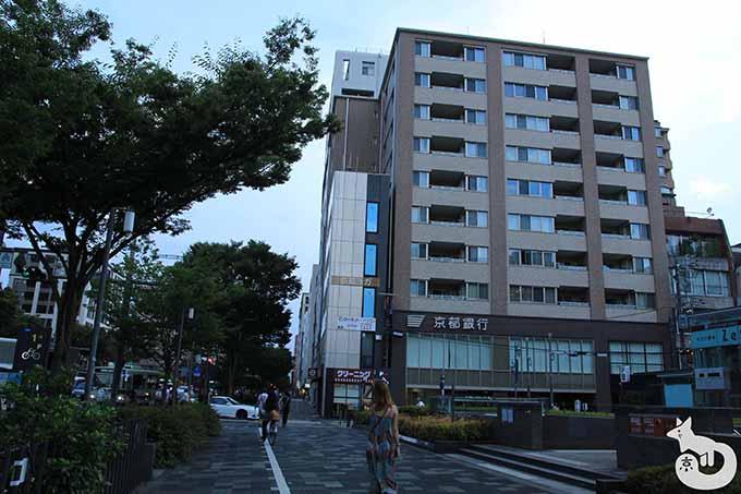 京都銀行が見える建物の方に進む